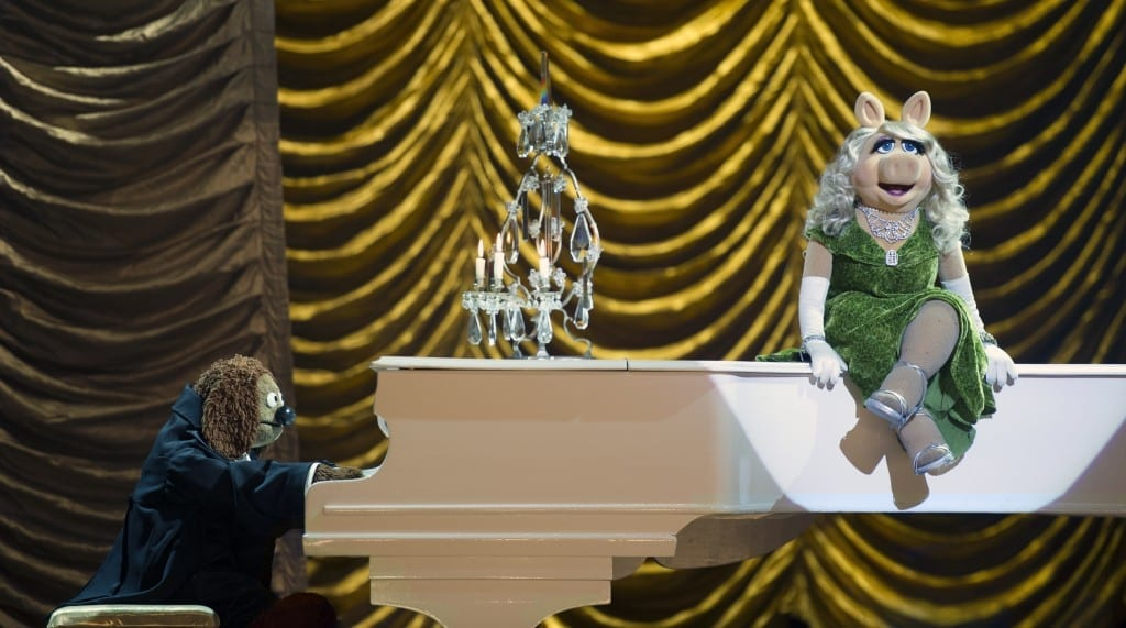 muppets-most-wanted-film-still-miss-piggy-singing-piano